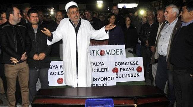 Antalya'da domatesin cenaze namazı kılındı