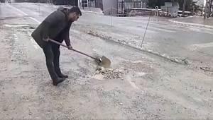 Ermenekli vatandaştan asfalttaki çukurlara manuel çözüm