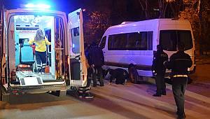 Polisten kaçan şüpheli minibüsün altına girdi
