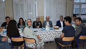 Öğrencilerin iftar sofrasına misafir oldular