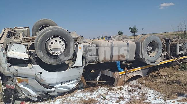 Karaman'da süt tankeri refüje devrildi