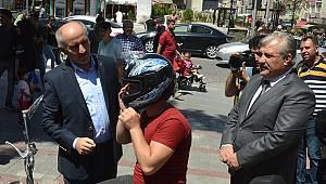 Karaman'da motosiklet sürücülerine kask dağıtıldı