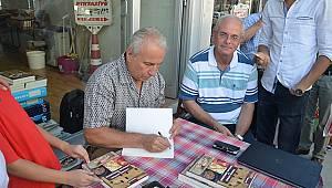 Murat Ay kitabını sevenleri için imzaladı