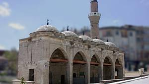 Yunus Emre Camii Penceresinde Yunus Emre Dönemi Mezar Taşı