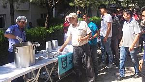 Karaman Belediyesi vatandaşlara aşure dağıttı