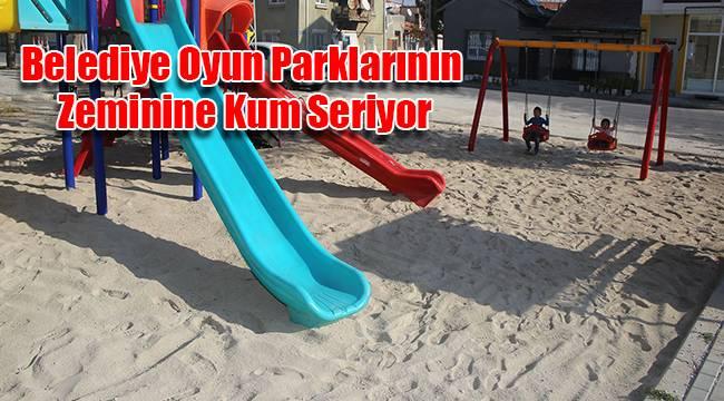 Belediye Oyun Parklarının Zeminine Kum Seriyor