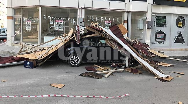 Karaman'da Fırtınada çatı otomobilin üzerine düştü