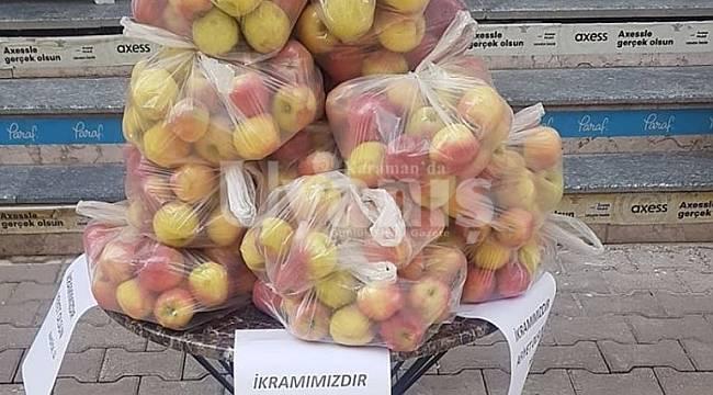Nadide Mobilyadan Vatandaşlara Elma İkramı