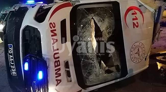 Tekeri Patlayan Ambulans Beton Bariyere Çarptı