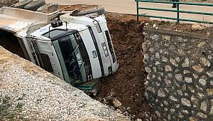 Karaman'da kamyon kanala devrildi
