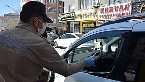 Karaman'da polisler vatandaşlara maske dağıttı
