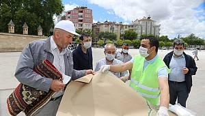 Karaman Belediyesi tek kullanımlık seccade ve maske dağıttı