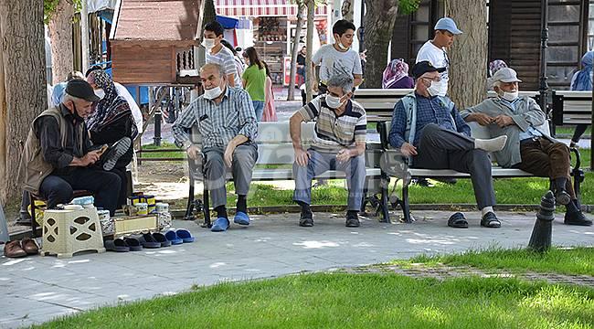18 yaş altı ve 65 yaş üstü vatandaşlar güneşli havanın tadını çıkardı