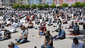 Karaman'da sosyal mesafeli cuma namazı kılındı