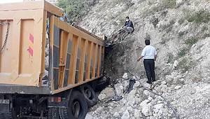 Duvara çarpan kamyonun sürücüsü yanarak can verdi