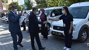 Vali Işık Sağlık çalışanlarına kırmızı karanfil dağıttı