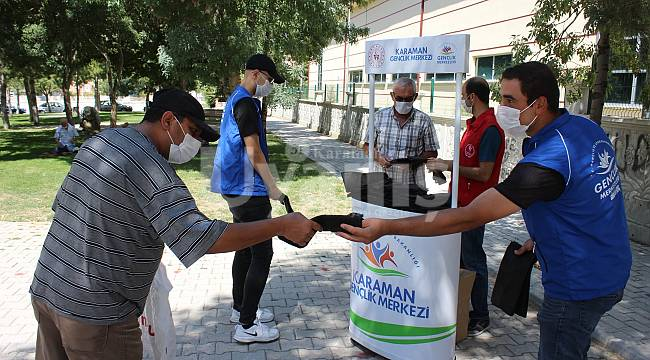 Karaman'da gençler tek kullanımlık seccade dağıttı