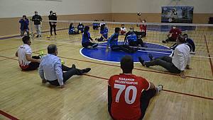 Karaman Valisi Işık engelli sporcularla oturarak voleybol oynadı