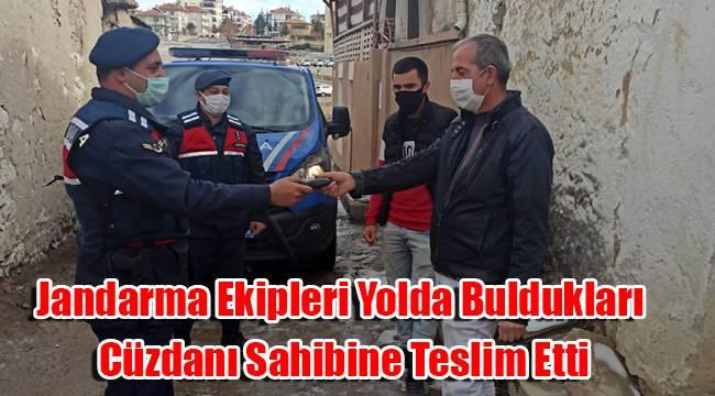 Karaman'da jandarma ekipleri yolda buldukları cüzdanı sahibine teslim etti