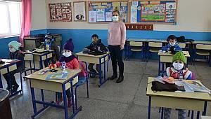 Karaman'da fedakar öğretmen köy köy gezerek öğrencilerin ihtiyaçlarını karşılıyor