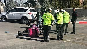 Karaman'da motosikletli kuryeye otomobil çarptı