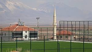 Kazımkarabekir ilçesinde sentetik futbol sahası yükselmeye devam ediyor