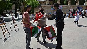 Farkındalık oluşturmak için Türk ve Filistin bayrakları dağıttılar