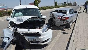 Karaman'da hafif ticari araç park halindeki otomobile çarptı