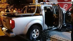 Sürücüsünün direksiyon hakimiyetini kaybettiği hafif ticari araç manava çarptı