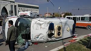 Ambulans ile hat minibüsü çarpıştı. 1'i Ağır 10 Yaralı